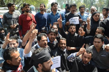 موصولہ اطلاعات کے مطابق سری نگر کی تاریخی جامع مسجد میں نماز جمعہ کی ادائیگی کے فوراً بعد لوگوں کی ایک بڑی تعداد کشمیر کی آزادی کے حق میں نعرے بازی کرتے ہوئے جلوس کی صورت میں نوہٹہ چوک کی طرف بڑھنے لگی۔