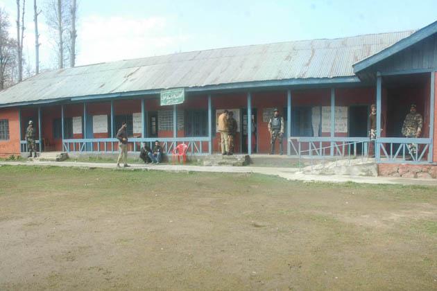 ضلع بڈگام میں دو جواں سال نوجوانوں کے ہلاک ہونے کا پہلا واقعہ دلوان پورہ چرار شریف میں اُس وقت پیش آیا جب سیکورٹی فورسز نے پولنگ مرکز کی حفاظت پر مامور سیکورٹی فورسز پر حملہ کیا اور انہوں نے ردعمل میں پہلے آنسو گیس کی شیلنگ اور پھر مبینہ طور پر براہ راست فائرنگ کی۔