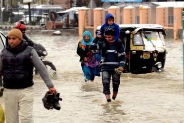 وادئ کشمیر کے دس اضلاع اور خطہ چناب و پیرپنچال کے پانچ اضلاع میں بدھ اور جمعرات کی درمیانی رات کے دوران ہونے والی موسلادھار بارشوں سے درجنوں علاقوں میں سیلابی صورتحال پیدا ہوگئی ہے۔  وادی کے تمام اسکولوں اور کالجوں میں 9 اپریل تک تعطیل کا اعلان کیا گیا ہے۔ کشمیر یونیورسٹی اور اسلامک یونیورسٹی آف سائنس اینڈ ٹیکنالوجی میں  جمعرات کوہونے والے تمام امتحانات ملتوی کردیے گئے ہیں۔