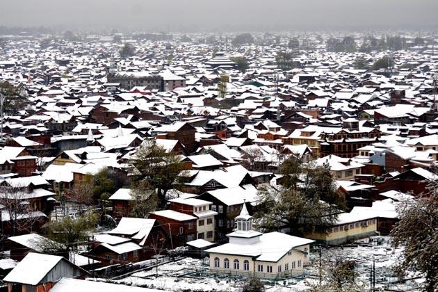 سری نگر جموں قومی شاہراہ مختلف مقامات پر مٹی کے تودے گرآنے کی وجہ سے بند کردی گئی ہے۔ بارش اور برف باری کے سبب وادی میں ریل سروس بھی متاثر ہوگئی ہے۔ اس کے علاوہ لائن آف کنٹرول پر ہندوستان اور پاکستان کے درمیان ہونے والی تجارتی سرگرمیاں بھی معطل ہوگئی ہیں۔