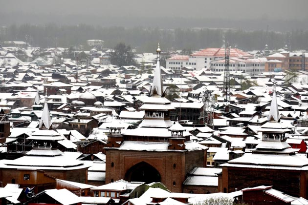 دارالحکومت سری نگر کے مضافاتی علاقہ ہمدانیہ کالونی بمنہ میں واقع امام حسین اسپتال کی پہلی منزل میں اس کے نذدیک بہنے والی فلڈ چینل کا پانی داخل ہوگیا ہے، جس کے بعد اسپتال انتظامیہ نے مریضوں کو دوسری منزل پر منتقل کردیا ہے۔