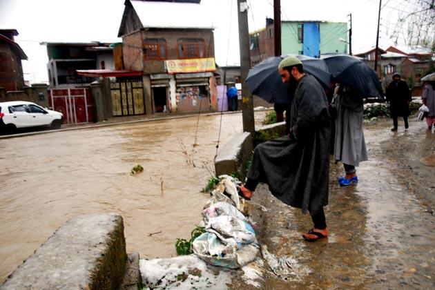 ایک پولیس ترجمان نے بتایا کہ پونچھ کے کلائی برج اور سرنکوٹ میں سیلابی ریلوں میں پھنسنے والے 20 سے زائد افراد کو متاثرہ علاقے سے باہر نکالنے کی کوششیں جاری ہیں۔