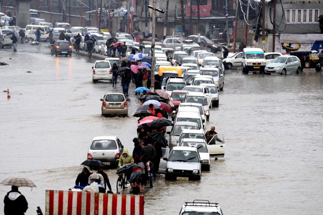 شدید بارشوں اور برف باری کے سبب شمالی کشمیر میں سونہ واری اور وسطی کشمیر میں سونہ مرگ جانے والی سڑکوں پر گاڑیوں کی آمدورفت بند ہوگئی ہے۔