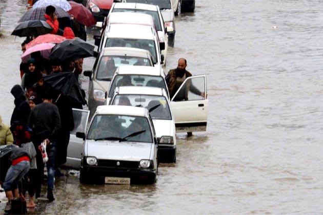 جموں خطہ کے ضلع ریاسی کے ماہور علاقہ میں شدید بارشوں کی وجہ سے عبدالرحیم نامی ایک شخص کا مکان گرنے سے اُس کی قریب 40 بھیڑیں ہلاک ہوگئی ہیں۔ ادھر وادی میں دریائے جہلم میں پانی کی سطح میں مسلسل اضافے اور اس کی معاون ندی نالوں میں پانی کی سطح میں خطرناک حد تک اضافے کے بعد انتظامیہ نے بیشتر خطرے والے علاقوں میں سیلاب کا الرٹ جاری کردیا ہے ۔