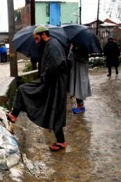 شدید برف باری اور بارشوں کے پیش نظر وادی کے تمام اسکولوں اور کالجوں میں 9 اپریل تک تعطیل کا اعلان کیا گیا ہے۔ جموں خطہ کے ڈوڈہ اور رام بن اضلاع کے اسکولوں میں بھی تعطیل کا اعلان کیا گیا ہے۔