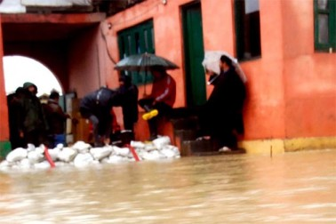 محکمہ اری گیشن اینڈ فلڈ کنٹرل کے ایک عہدیدار نے بتایا کہ مسلسل بارشوں کے سبب سنگم اور رام منشی باغ کے مقامات پر دریائے جہلم نے الرٹ کی سطح جو کہ بالترتیب 18 فٹ اور 16 فٹ مقرر ہے، کو عبور کرلیا ہے۔