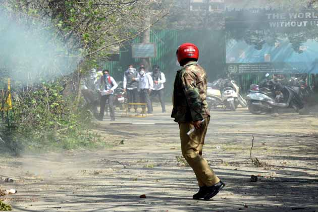 وادئ کشمیر کے قریب دو درجن تعلیمی اداروں بالخصوص ڈگری کالجوں میں پیر کے روز شدید احتجاجی مظاہرے بھڑک اٹھے جس کے دوران سیکورٹی فورسز نے دارالحکومت سری نگر میں واقع تاریخی سری پرتاب  کالج، شوپیان، بارہمولہ، سوپور، ہندواڑہ اور پلوامہ میں احتجاجی طلبہ کو منتشر کرنے کے لئے لاٹھی چارج، رنگین پانی کی بوچھاروں اور آنسو گیس کے گولوں کا شدید استعمال کیا۔