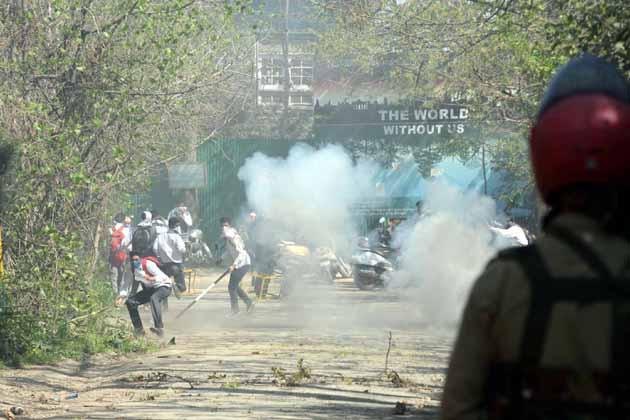 طلبہ اور سیکورٹی فورسز کے مابین ہونے والی ان جھڑپوں میں قریب دو درجن طالب علموں اور متعدد سیکورٹی فورس اہلکاروں کے زخمی ہونے کی اطلاعات ہیں۔  سابق وزیر اعلیٰ عمر عبداللہ نے صورتحال کو انتہائی پریشان کن قرار دیا ہے۔