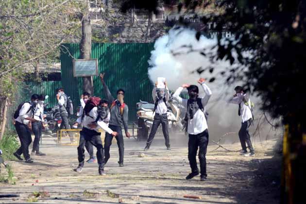 وادی میں طلبہ کی جانب سے یہ احتجاجی مظاہرے سیکورٹی فورسز کی جانب سے 15 اپریل کو ڈگری کالج پلوامہ میں طالب علموں کے خلاف مبینہ طور پر طاقت کے بے تحاشا استعمال کے خلاف منظم کئے گئے۔