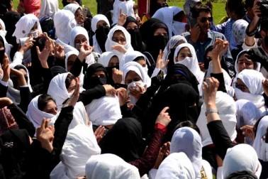 اطلاعات کے مطابق ڈگری کالج پلوامہ میں طاقت کے بے تحاشہ استعمال کے خلاف سری نگر کے مولانا آزاد روڑ پر واقع سری پرتاب  کالج کے سینکڑوں طلباء پیر کی صبح سیکورٹی فورس مخالف اور آزادی حامی نعرے لگاتے ہوئے سڑکوں پر نکل آئے۔