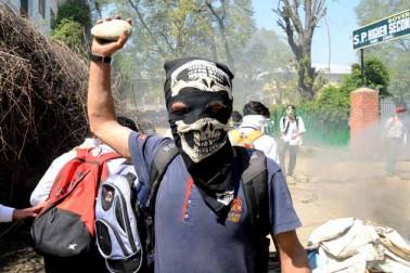 تاہم جب احتجاجی طلبہ نے تاریخی لال چوک کی طرف مارچ کرنے کی کوشش کی، تو وہاں تعینات سیکورٹی فورسز اور ریاستی پولیس کے اہلکاروں نے انہیں منتشر کرنے کے لئے پہلے لاٹھی چارج اور بعد میں آنسو گیس کے شیلوں کا استعمال کیا۔