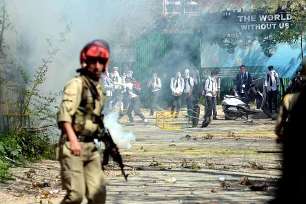 اطلاعات کے مطابق جھڑپوں کے دوران کسی جانی نقصان کو ٹالنے کے لئے ایک مجسٹریٹ کو بھی کالج احاطے کے اندر تعینات رکھا گیا۔ جھڑپوں کے دوران پولیس تھانہ کوٹھی باغ کے ایس ایچ او کے علاوہ متعدد طالب علم زخمی ہوگئے ہیں جبکہ کچھ ایک طالبات کے بے ہوش ہونے کی اطلاعات ہیں۔ جنوبی کشمیر کے شوپیان، کولگام و پلوامہ اور شمالی کشمیر کے بارہمولہ، ہندواڑہ و سوپور میں بھی طلباء اور سیکورٹی فورسز کے مابین پُرتشدد جھڑپیں ہوئی ہیں۔