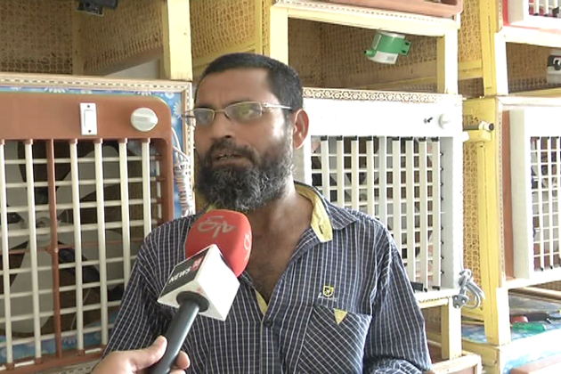 احمد آباد کے رہنے والے معين الدين راجستھان سے کچھ سالوں سے لکڑی کا کولر لاتے تھے، جس کی مانگ آہستہ آہستہ اتنی بڑھ گئی کہ وہ آج لکڑی کا کولر خود بنانے لگے ہیں۔