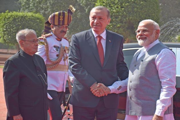 وزیر اعظم نریندر مودی نے ملک میں بنیادی ڈھانچے، توانائی اور سیاحت کے شعبے میں سرمایہ کاری کرنے کے لئے ترکی کی کمپنیوں کو مدعو کرتے ہوئے آج کہا کہ ہندوستان میں کبھی بھی سرمایہ کاری کا ماحول اتنا اچھا نہیں تھا جتنا آج ہے۔ ترکی کے صدر رجب طیب اردغان کے ساتھ ہند-ترکی بزنس سمٹ سے خطاب کرتے ہوئے مسٹر مودي نے کہا کہ ہندوستان نے 2022 تک پانچ لاکھ گھروں کی تعمیر کا ہدف رکھا ہے