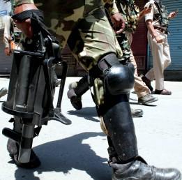 تاہم جب احتجاجیوں نے تاریخی لال چوک کی جانب پیش قدمی کرنے کی کوشش کی تو وہاں پہلے سے تعینات سیکورٹی فورسز نے انہیں منتشر کرنے کے لئے آنسو گیس کا استعمال کیا۔ نوٹ: یہ سبھی تصویریں یو این آئی کی ہیں۔