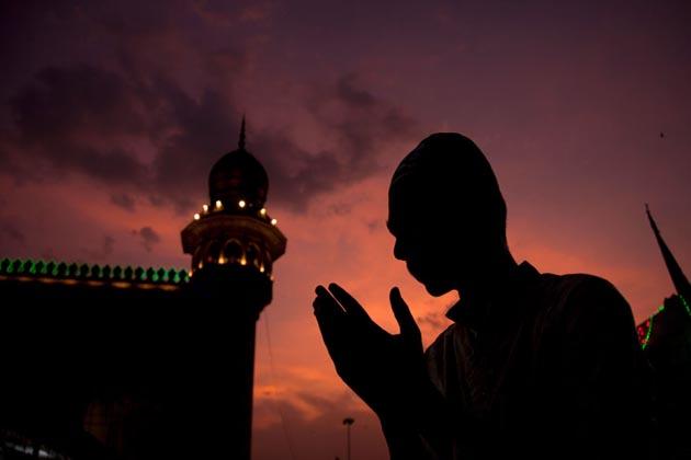 ماہ رمضان کا مقدس مہینہ سایہ فگن ہونے کے ساتھ ہی ہندوستان سمیت دنیا بھر میںبازاروں ، مسجدوں ، محلوں کی رونقیں بڑھ گئی ہیں ۔ آئیے ہم آپ کو دکھاتے ہیں مختلف ممالک میں ماہ رمضان کے آغاز پر کیسی رہی رونق۔