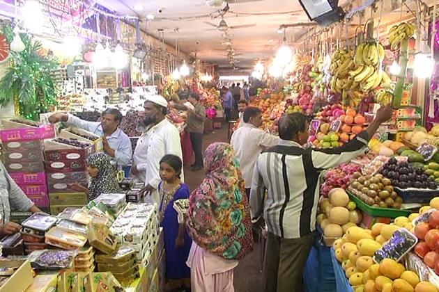ماہ رمضان کے پیش نظر بنگلورو کے بازاروں میں گہما گہمی دیکھنےکو مل رہی ہے اور رونق میں اضافہ ہوا ہے ۔ گزشتہ سال کے مقابلے یہاں میوہ جات اور  ضروری اشیا کی قیمتوں میں اضافہ ہوا ہے۔ دیکھیں یہ تصویریں۔
