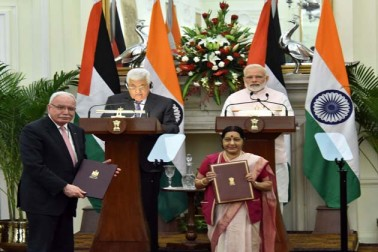 ہندوستان نے مغربی ایشیا میں جاری تنازعہ کے پرامن اور پائیدار سیاسی کوششوں کے ذریعے حل تلاش کئے جانے پر زور دیتے ہوئے آج کہا کہ وہ فلسطین کی معیشت اور وہاں کے عوام کے معیارزندگی کو بہتر بنانے کی کوششوں میں اس کا پارٹنر بنا رہے گا۔  وزیر اعظم نریندر مودی نے فلسطین کے صدر محمود عباس کے ساتھ آج یہاں حیدرآباد ہاؤس میں وفد کی سطح پر دو طرفہ میٹنگ کے بعد مشترکہ بیان میں یہ یقین دلایا۔