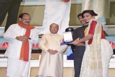 مسٹر مکھرجی نے یہاں ایک تقریب میں 64 ویں قومی فلم ایوارڈ سے نوازا۔ اس موقع پر اطلاعات و نشریات کے مرکزی وزیر وینکیا نائڈو اور وزیرمملکت راجیہ وردھن سنگھ راٹھور موجود تھے۔