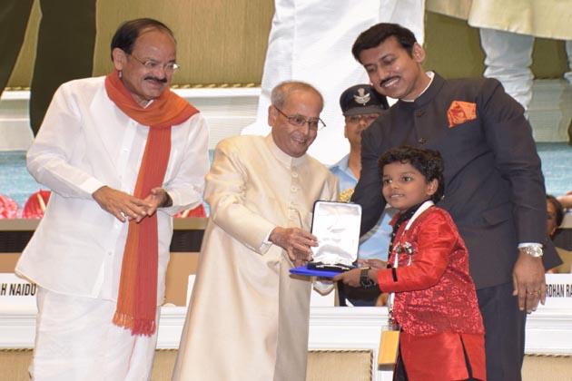 اکشے کمار کو ہندی فلم 'رستم' میں بہترین اداکار کیلئے بہترین اداکار اور سربھی لکشمی کو ملیالم فلم 'منامنگو دی فائر فلائی' میں اچھی اداکاری کیلئے بہترین اداکارہ کا ایوارڈ دیا گیا۔ اکشے کمار کو پہلی بار کسی فلم کیلئے قومی ایوارڈ ملا ہے۔