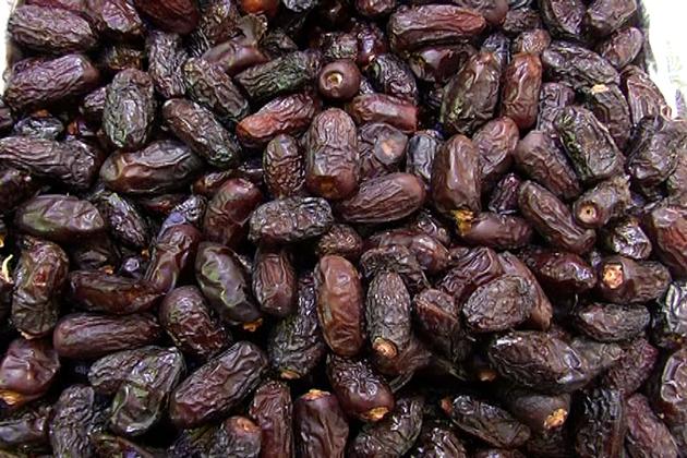 دوسری جانب رمضان میں سب سے زیادہ فروخت ہونے والا میوہ کھجور بازار کی زینت بنا ہوا ہے۔
