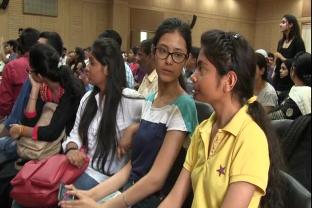 دہلی یونیورسٹی میں داخلوں کا سلسلہ شروع ہو چکا ہے۔ دہلی یونیورسٹی اور اس کے کالجوں میں اردو زبان میں مختلف ڈپلوما اور ڈگری كورسز شامل کیے جا چکے ہیں ۔ دہلی یونیورسٹی شعبہ اردو کے صدر پروفیسر ابن کنول نے خاص بات چیت نے بتایا کہ 22 مئی سے دہلی یونیورسٹی میں داخلہ کا سلسلہ شروع ہو چکا ہے اور یہاں میرٹ کی بنیاد پر داخلے ہوتے ہیں ۔