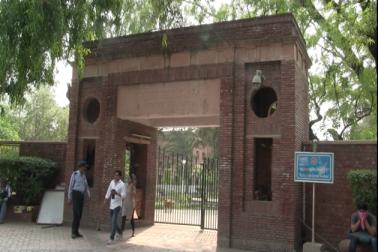 علاوہ ازیں جمنا پار کے بچوں کو یہ سہولت مل گئی ہے کہ اب وہ امبیڈکر کالج میں بھی بی اے میں داخلہ لے سکتے ہیں ، کیونکہ گزشتہ سال سے وہاں بھی اردو بی اے پروگرام شروع ہو چکا ہے ۔