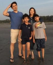 اپنے بچوں کے ساتھ مادھوری دکشت اور ڈاکٹر شری رام نینے ۔تصویر: انسٹاگرام۔
