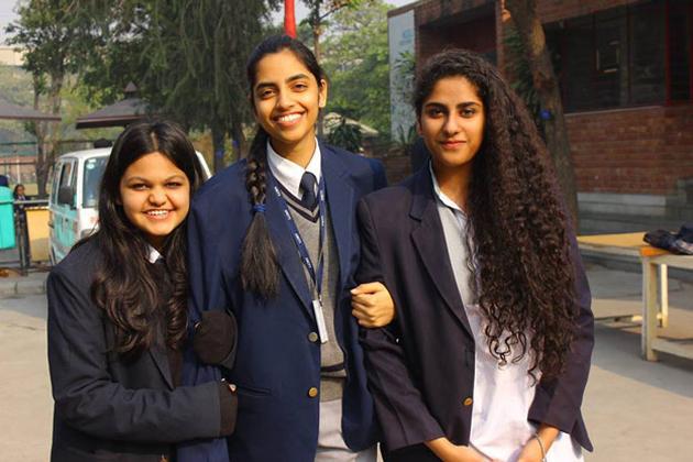 اسکول میں اپنے دوستوں کے ساتھ رکشا گوپال۔