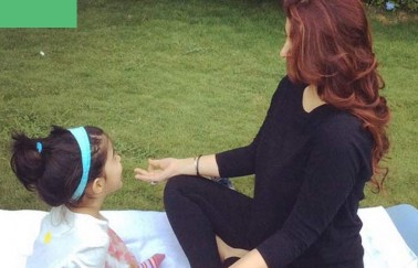 بیٹی کے ساتھ یوگا کرتی ہوئی ٹوینکلکھنہ: تصویر: انسٹاگرام۔