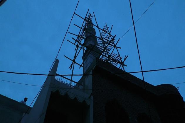 شہر کے حساس علاقہ پھول چوراہے پر مسجد کی تعمیر کا کام چل رہا ہے، جس میں ایک مینار کی بھی تعمیر نو کی جارہی تھی ۔ مگرمسجد کے پڑوسی را ج کمار کو مینار کی تعمیر پر اعتراض کیا  ۔