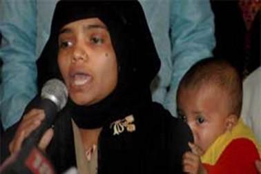 احمد آباد سے 250 کلومیٹر دور آباد رادھیكاپر گاؤں میں مارچ 2002 کو 19 سالہ بلقیس بانو کے ساتھ اجتماعی آبروریزی ہوئی تھی، اتنا ہی نہیں بلکہ اس وقت وہ پانچ ماہ کی حاملہ بھی تھیں۔ ان کے خاندان کے 14 افراد کا بھی بے رحمی سے قتل کر دیا گیا تھا جس میں دو نوزائیدہ بچے بھی شامل تھے۔ فائل فوٹو۔