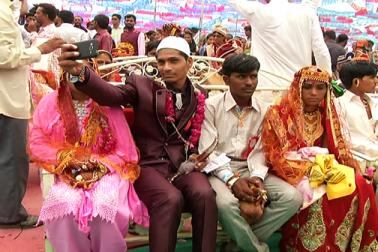 احمد آباد کے سوریندرنگر ضلع میں دسانا گاؤں میں اس وقت منفرد نظارہ دیکھنے کوملا جب ایک ساتھ ہندو اورمسلم دلہا دلہن ایک ساتھ بیٹھے ہوئے نظر آئے ۔ دراصل گاؤں میں ایک اجتمای شادی کا انعقاد کیا گیا تھا ، جس میں سبھی  مذاہب کے لوگوں کے نوجوان لڑکے اور لڑکیوں کی ان کے مذہبی رسم و رواج کے مطابق شادی کروائی گئی۔ اس اجتمای شادی میں 51 جوڑوں  کو شادی کے بندھن میں باندھا گیا ، جس میں آٹھ مسلم جوڑے بھی شامل تھے ۔