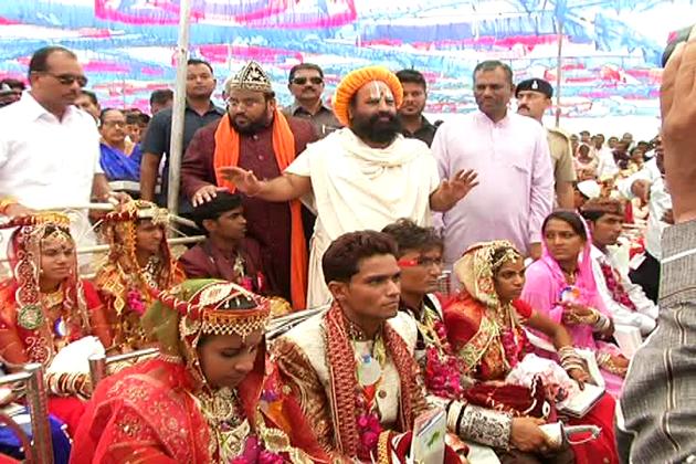 اجتماعی شادی میں نئے دلہا اور دلہن کو دعا دینے کے لئے ہندو اور مسلم مذہبی رہنماؤں کو بھی بلایا گیاتھا ۔
