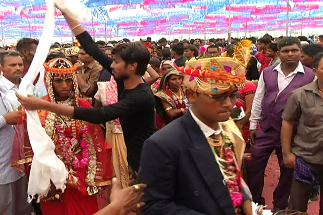 دراصل اس گاؤں میں ویسے تو ہر سال اجتماعی شادی کا پروگرام کیا جاتا ہے ، لیکن اس سال ہونے والی اجتمای شادی کئی معنوں میں بالکل الگ تھی۔