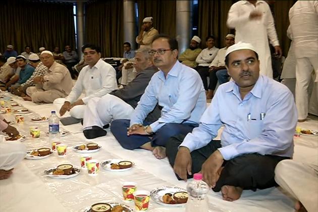 خاندان کے ساتھ افطار کا اپنا الگ ہی ایک مزہ ہے ۔ رمضان کے پہلے جمعہ کی نماز 2 جون کو ہوگی ، جس کی خاص تیاری تمام مساجد میں کی جائے گی ۔ اس دن بہت بڑی تعداد میں مسلمان بھائی روزے رکھ کر مساجد میں خدا کی عبادت کریں گے ۔
