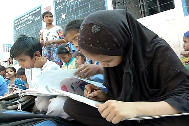 سال  2014 سے اب تک راجستھان حکومت نے 17000 سے زیادہ سرکاری اسکولوں کے عملے کو بھرتی پیٹرن کے نام پر آپس میں ضم کر دیا ہے ۔  اس قواعد کے پیچھے مقصد یہ بتایا گیا تھا کہ اس سے تعلیم کا معیار بہتر ہوگا ،  لیکن اس کے زیادہ تر نقصانات ہی سامنے آ رہے ہیں ۔