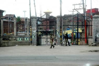 تاہم کشمیر انتظامیہ نے سری نگر کے پائین شہر میں کرفیو جیسی پابندیاں نافذ اور متعدد سینئر علیحدگی پسند راہنماؤں کو نظربند کرکے علیحدگی پسند قیادت کی طرف مشتہر کردہ پروگرام کو ناکام بنادیا۔
