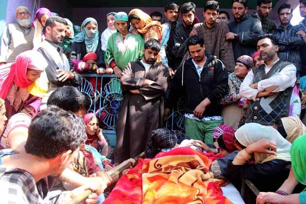 کشمیر میں ہندوستان فوج کے ایک لیفٹیننٹ عمر فیاض کی آج نماز جنازہ ادا کردی گئی ۔ عمر فیاض کی موت سے پورے گاوں میں غم کا ماحول ہے اور سناٹا پسرا ہوا ہے۔ ان کی نماز جنازہ میں سینکڑوں کی تعداد میں لوگ شامل ہوئے ۔