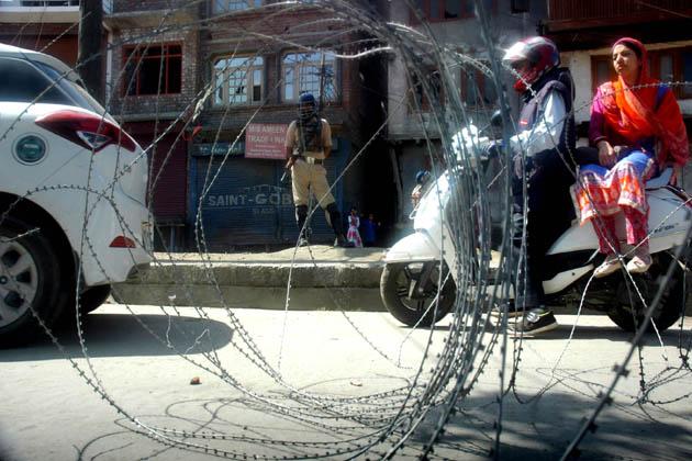 رہائشیوں کے مطابق اس کے بعد سیکورٹی فورسز نے یہ کہتے ہوئے لوگوں کو اپنے گھروں کے اندر ہی رہنے کو کہا کہ علاقہ میں کرفیو نافذ کردیا گیا ہے۔