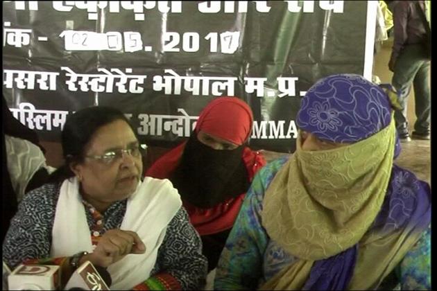 تین طلاق کی مخالفت میں بھارتیہ مسلم مہیلا اندولن میدان میں اتر آئی ہے اور ملک بھر میں ایک مہم کے تحت پریس کانفرنس کا انعقاد کرکے اس کی مخالفت میں آواز بلند کرنا شروع کردیا ہے۔ خیال رہے کہ 11 مئی سے سپریم کورٹ میں تین طلاق کے معاملہ پر بحث شروع ہونے والی ہے اور اس سے قبل متعدد تنظیمیں رائے عامہ ہموار کرنے کی کوششیں کررہی ہیں۔
