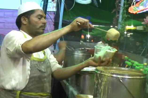 فالودے کے علاوہ اورنگ آباد شہر میں  شاورمہ بھی متعارف  کروایا گیا ہے لیکن  بڑے کے گوشت پر پابندی سے چکن پر ہی اکتفا کرنا پڑ رہا ہے۔