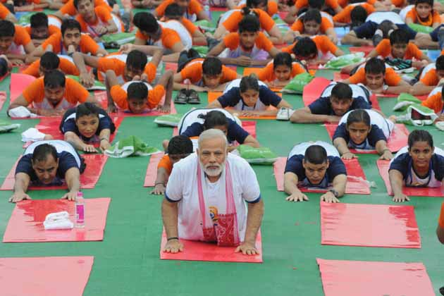 چنڈي گڑھ اور دہلی کے بعد لکھنؤ میں یہ تیسرا بین الاقوامی یوم یوگا کی تقریب تھی۔ سال 2015 میں دہلی کے راج پتھ پر پہلی بار یوگا کا بین الاقوامی دن منایا گیا تھا۔ اس پروگرام کے ذریعے آرگنائزر آيوش کی وزارت نے دو گنیز بک آف ورلڈ ریکارڈ قائم کئے تھے۔ دو ریکارڈوں میں سے ایک یوگا کیمپ میں 35 ہزار 985 لوگوں نے حصہ لیا تھا جو دنیا کے 84 ممالک میں منعقد یوم یوگا میں حصہ لینے والے شرکاء کے مقابلے میں سب سے زیادہ تعدا دتھی۔ چنڈي گڑھ میں منعقدہ دوسرے بین الاقوامی یوگا ڈے پر وزیر اعظم نریندر مودی کے ساتھ 30 ہزار افراد نے ایک ساتھ بیٹھ کر يوگاآسن کئے تھے۔