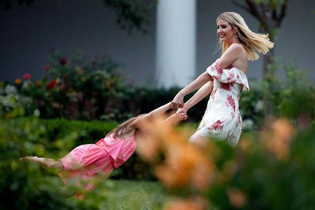 وائٹ ہاؤس کے روز گارڈن میں بیٹی اربیلا كشینر کے ساتھ اوانكا اس انداز میں۔