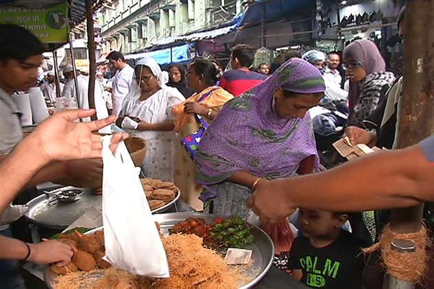 اس بازار میں مسلمانوں کے علاوہ غیر مسلم بھی بڑی تعداد میں رمضان کا لطف لینے کیلئے آتے ہیں اور رمضان کے کھانوں کا مزہ لوٹتے ہیں۔ یہاں چکن اور مٹن کے علاوہ تیتر بٹیر بھی ملتا ہے۔ ماہ رمضان میں یہاں کھانوں کے میلوں سا ماحول ہوتا ہے۔