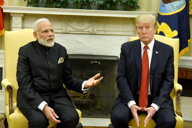 ہندوستان اور امریکہ نے دہشت گردی کے خلاف لڑائی کو اولین ترجیح دیتے ہوئے دہشت گردی کو مکمل طور پرتباہ کرنے کا عہد کیا ہے۔ وزیر اعظم نریندر مودی اور امریکی صدر ڈونالڈ ٹرمپ نے یہاں وہائٹ ہاؤس میں جاری ایک مشترکہ بیان میں کہا کہ دہشت گردی اور اس کی سرپرستی کرنے والوں کے خلاف لڑائی میں دونوں ملک باہمی تعاون کریں گے۔ مسٹر مودی نے بتایا کہ ہندوستان اور امریکہ کے درمیان وفد سطح کی بات چیت کے دوران دنیا میں بڑھ رہی دہشت گردی، انتہا پسندی اور بنیاد پرستی کے مسئلے پر بھی بات چیت ہوئی اور اسےروکنے میں تعاون پر اتفاق ہوا۔