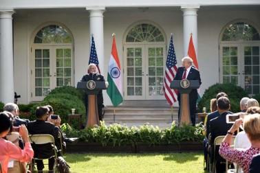 دونوں رہنماؤں کے بیچ یہ پہلی دو طرفہ ملاقات تھی۔ مسٹر ٹرمپ نے امریکی دورے پر آئےمسٹر مودی کی باربار تعریف کی اور انہیں عظیم وزیراعظم کہہ کر خطاب کیا۔ نوٹ: یہ سبھی تصویریں یو این آئی کی ہیں۔