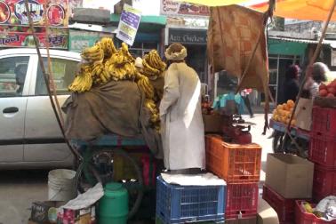 زبردست مہنگائی کی وجہ سے عام دنوں کے مقابلہ ان دنوں بازاروں میں خریداروں کی بھیڑ بھی کم نظر آ رہی  ہے اور روزہ افطار کے دوران دستر خوان پر جو رونق ہونی چاہئے وہ نہیں ہو پاتی ہے۔