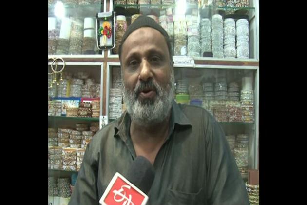 یہاں پر ناسک، دھولیہ ،احمد نگر اور جلگائوں ضلعوں سے بڑی تعداد میں خواتین چوڑیاں اور دوسرے لوازمات خریدنے کے لئے آتی ہیں ۔ اچھے دام اور خوبصورت چیزوں کی وجہ سے اس مارکیٹ میں خواتین کی بھیڑ نظر آرہی ہے ۔