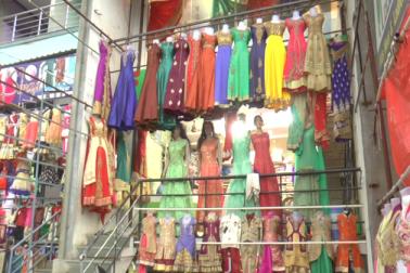 دکانوں میں خواتین اور بچوں کا اژدھام  ہے ۔  ہر کوئی اپنی پسند کے کپڑے چاہتا ہے ۔